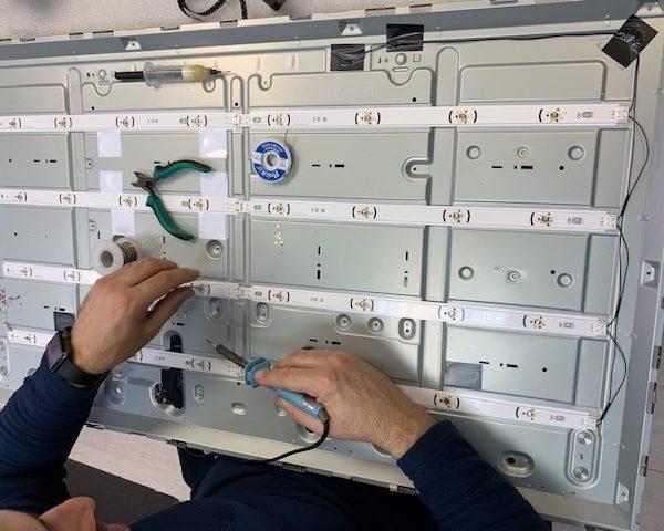 Инженер производит замену светодиодов в телевизор LG 42LB560